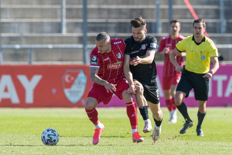 Mannhafter Einsatz! Zwickaus Marco Schikora (26, r.) behauptete sich gegen Türkgücü-Torjäger Sercan Sararer (31).