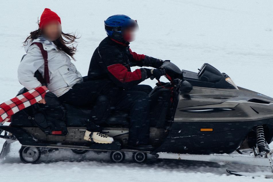 Mann rast mit Schneemobil gegen Baum und stirbt, Begleiterin (35) schwer verletzt