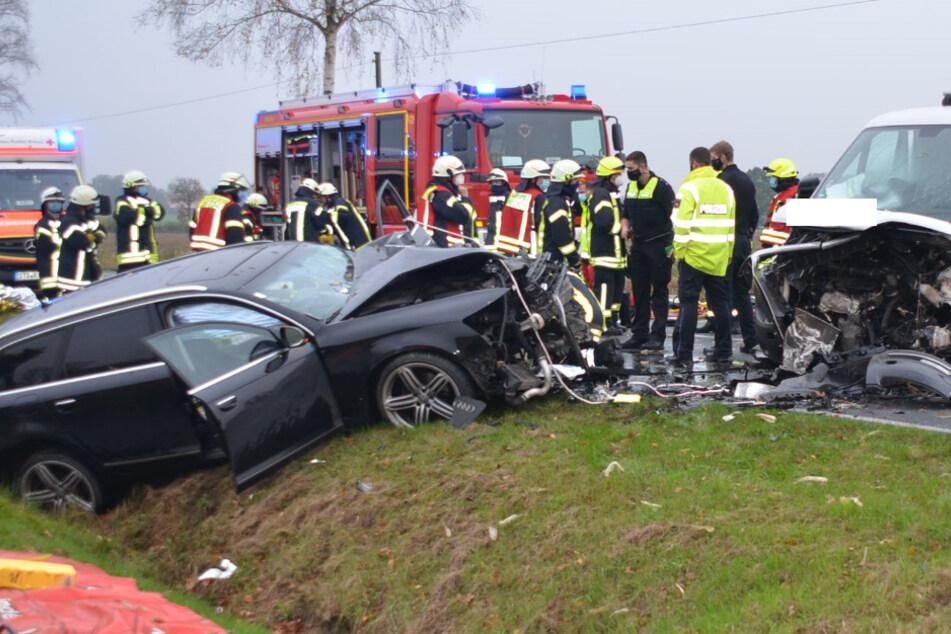 Autos krachen auf Landstraße frontal ineinander: Drei Schwerverletzte