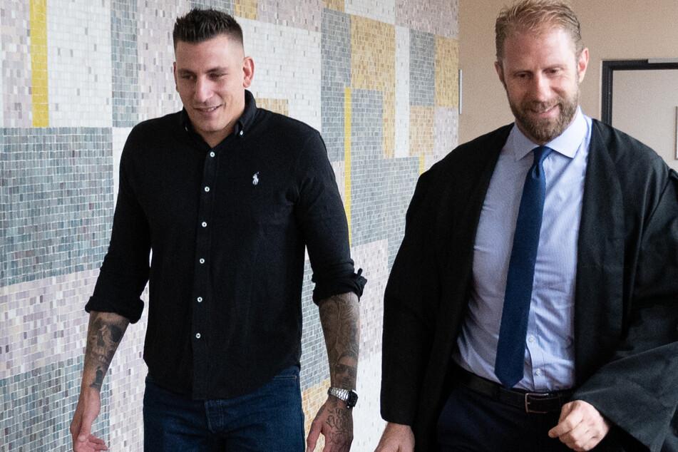 Rapper Gzuz (32) kommt mit seinem Anwalt Christopher Posch (44) in einen Gerichtssaal im Landgericht.