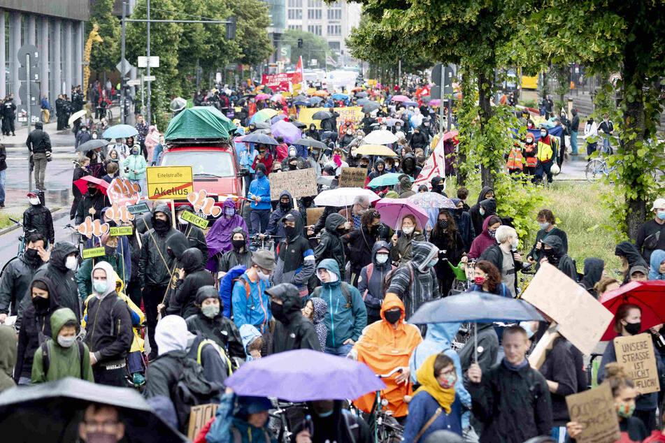 """Der Zug einer Demonstration eines großen Bündnisses von Initiativen gegen steigende Mieten zieht über die Potsdamer Straße. Das Motto der Demonstration lautet: """"Shut down Mietenwahnsinn – sicheres Zuhause für alle!"""""""