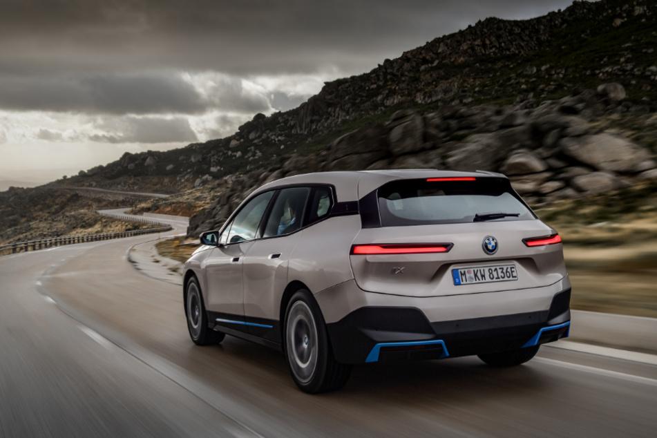Zwei Jahre nach der Vorstellung des Konzeptfahrzeugs iNext hat BMW den vollelektrischen Luxus-SUV jetzt erstmals so präsentiert, wie er im November nächsten Jahres bei den Händlern stehen soll.