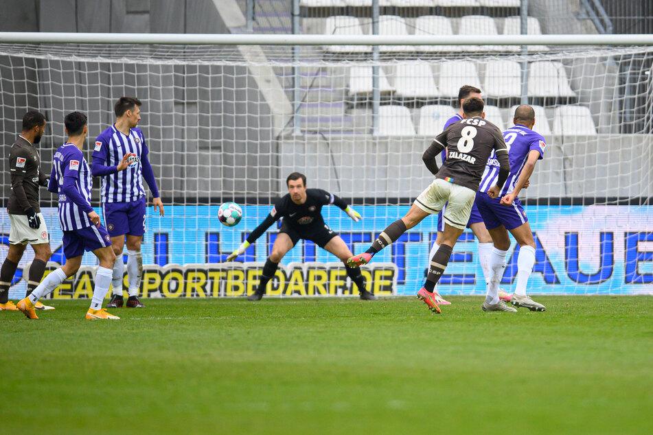 FCSP-Mittelfeldspieler Rodrigo Zalazar (2.v.r.) jagt die Kugel zum 2:0 gegen Erzgebirge Aue ins Netz. Die Braun-Weißen strotzen aktuell vor Selbstvertrauen.