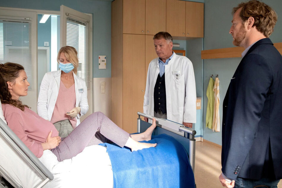 Die Schwangere Verena Hessenauer klagt über Schmerzen. Schnell wird den Ärzten klar, wo das Problem liegt.