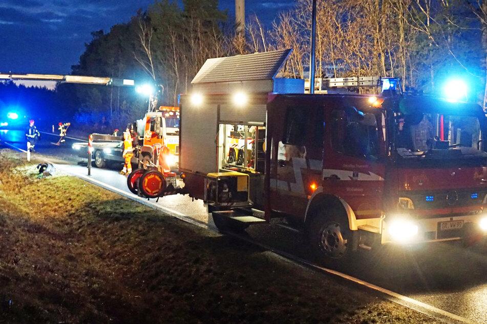 Ein Abschlepplaster nahm den Wagen mit einem Kran auf seine Ladefläche. Die Feuerwehrleute kümmerten sich um auslaufende Betriebsstoffe.