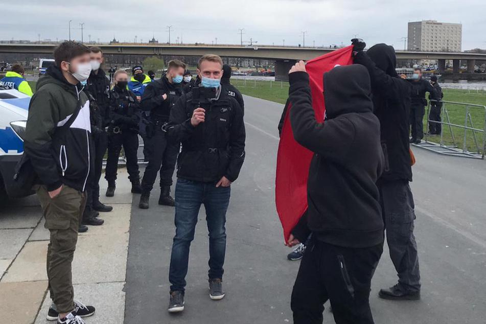 AfD-Politiker Jonas Dünzel (27) wurde von Protestlern der Antifa mit einem Banner abgedrängt.