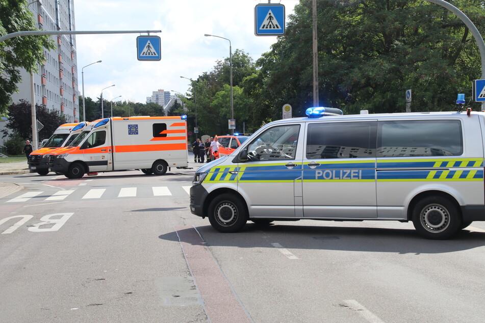 Zahlreiche Rettungskräfte sind nach einem Unfall, bei dem ein Fahrradfahrer (39) verletzt worden ist, vor Ort.