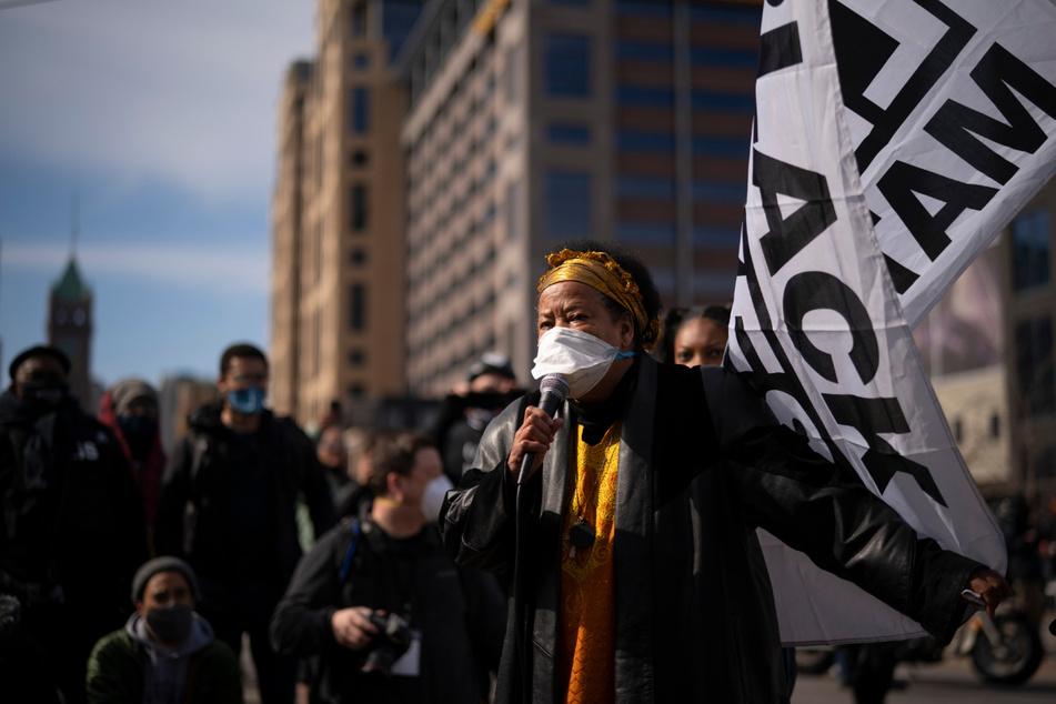 Minneapolis: Aktivistin Rosemary Nevils spricht zu Demonstranten.