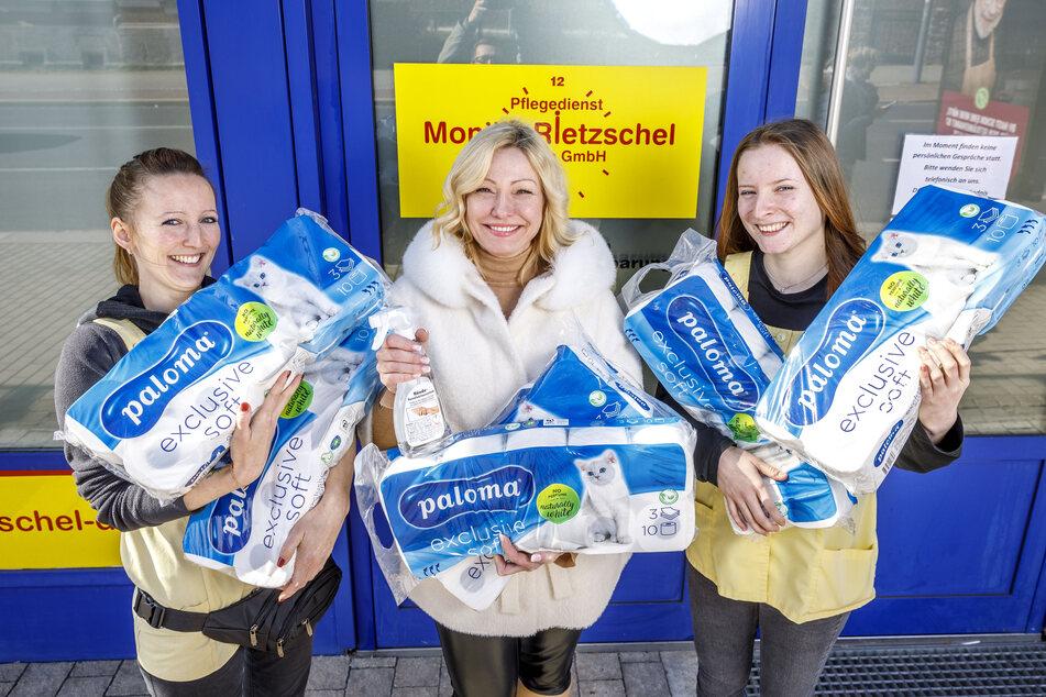 Freuen sich über die Klopapier-Spende (v.l.): Madeleine Illgen (32, Pflegefachkraft), Oksana Kaiser (46, Geschäftsführerin) und Monique Berger (18, Azubi) vom Pflegedienst Monika Rietzschel Dresden.