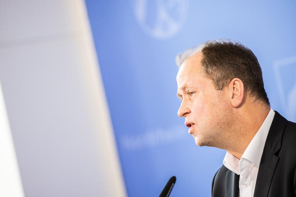 Für NRW-Familienminister Joachim Stamp (FDP) hat der Erlass von Kita-Gebühren derzeit keine Priorität. NRW-Kommunen kritisieren das.