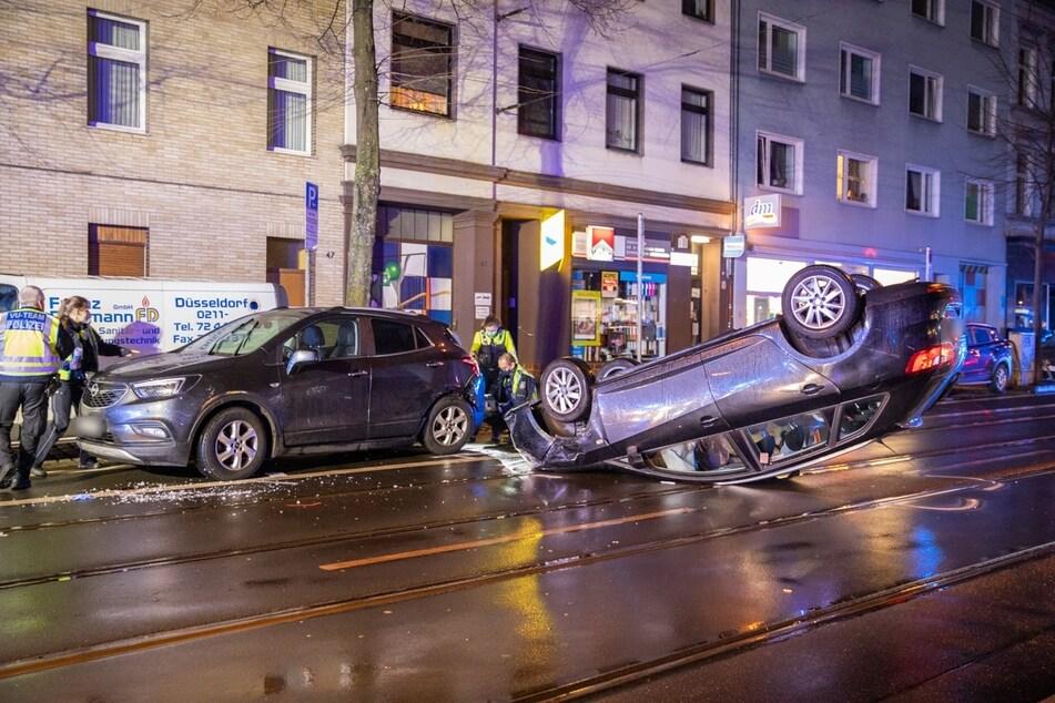 Der Seat ist mit einem geparkten Opel zusammengestoßen und auf dem Dach liegen geblieben.
