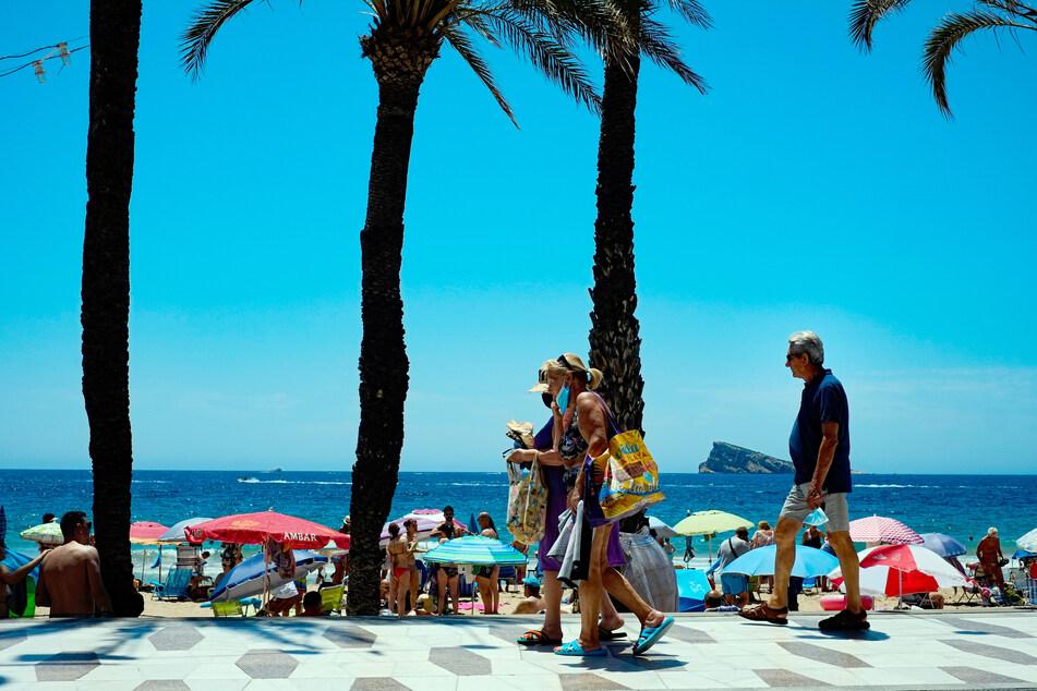 Ein Sommertag am Strand von Benidorm in Spanien.