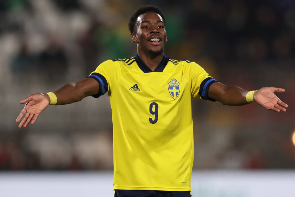Bei dem betroffenen Spieler handelt es sich um den 19 Jahre alten Anthony Elanga, der bei Manchester United unter Vertrag steht.