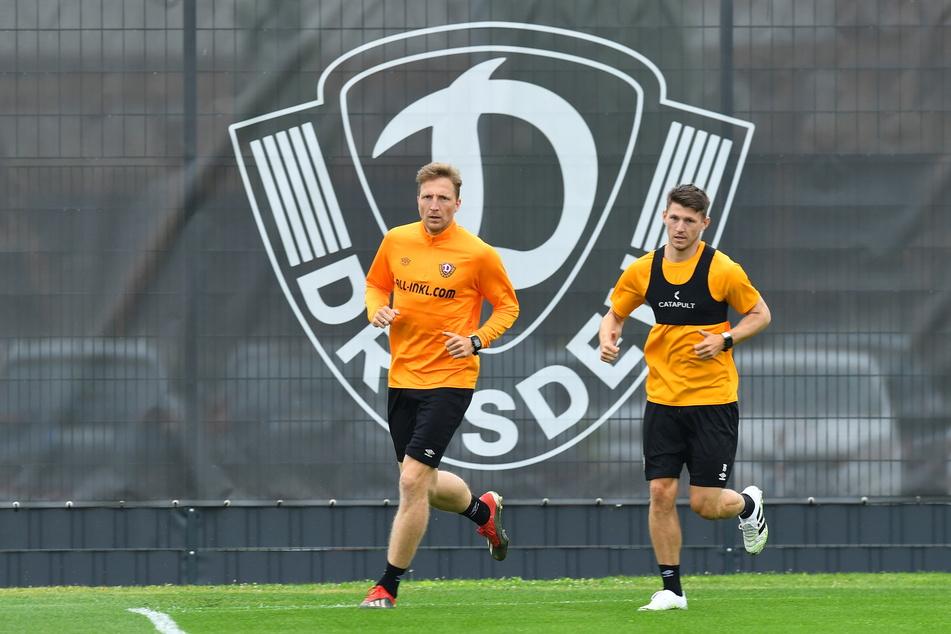 """Marco Hartmann (33, l.) und Robin Becker (24) drehen im Trainingsgelände ihre Runde. """"Harti"""" ist jetzt wieder ins Teamtraining eingestiegen, Becker muss noch warten."""