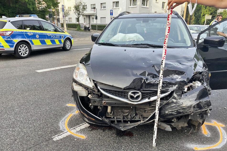Der Mazda wurde bei dem Unfall in Hilden stark beschädigt und musste abgeschleppt werden.