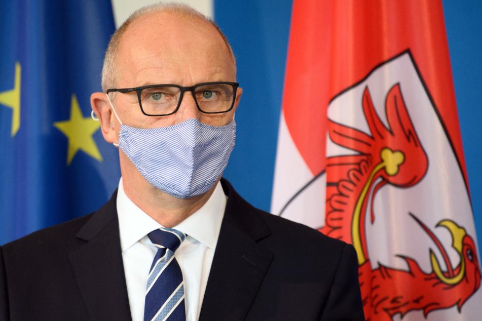 Dietmar Woidke (SPD), Ministerpräsident von Brandenburg, hat während einer Pressekonferenz über die vom Kabinett zvor beschlossenen neuen Verordnungen zum Umgang mit der Corona-Pandemie die Mund-Nase-Bedeckung aufgesetzt.