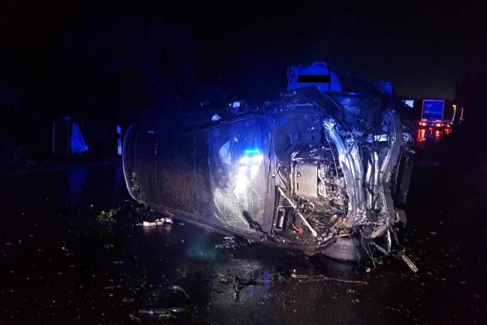 Das Unfallauto hatte sich überschlagen und war dann auf der Seite liegen geblieben.