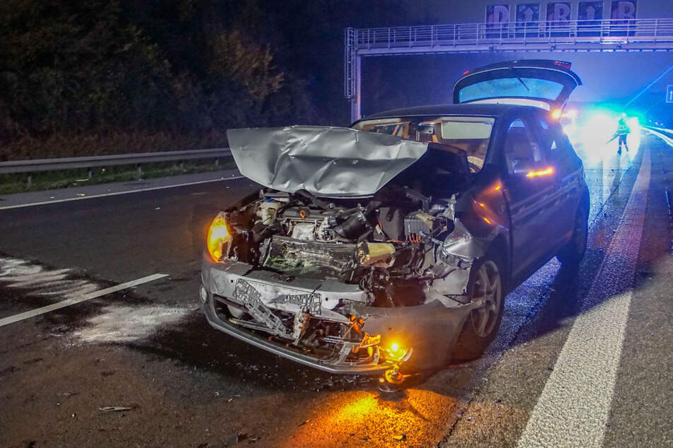 Dieser Golf trug schwere Schäden davon. Die Fahrerin kam verletzt ins Krankenhaus.