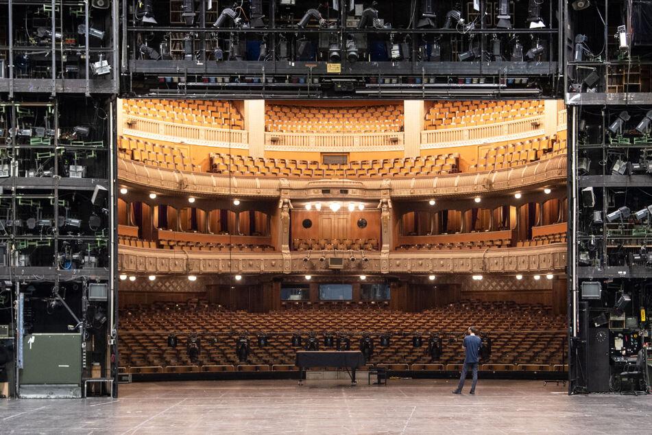 Auch bei steigenden Corona-Infektionszahlen ist aus Sicht von Hochschulforschern eine Schließung der Spielstätten des Staatstheaters Stuttgart nicht unbedingt notwendig.