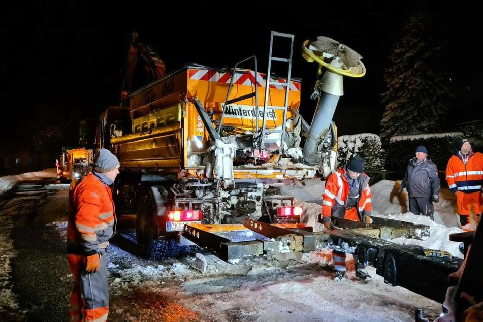 Während der Fahrt lösten sich zwei Reifen des Winterdienst-Fahrzeugs ab!