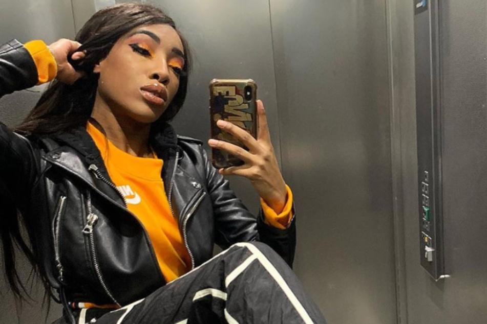 Rapperin Eunique posiert für ein Selfie im Fahrstuhl.