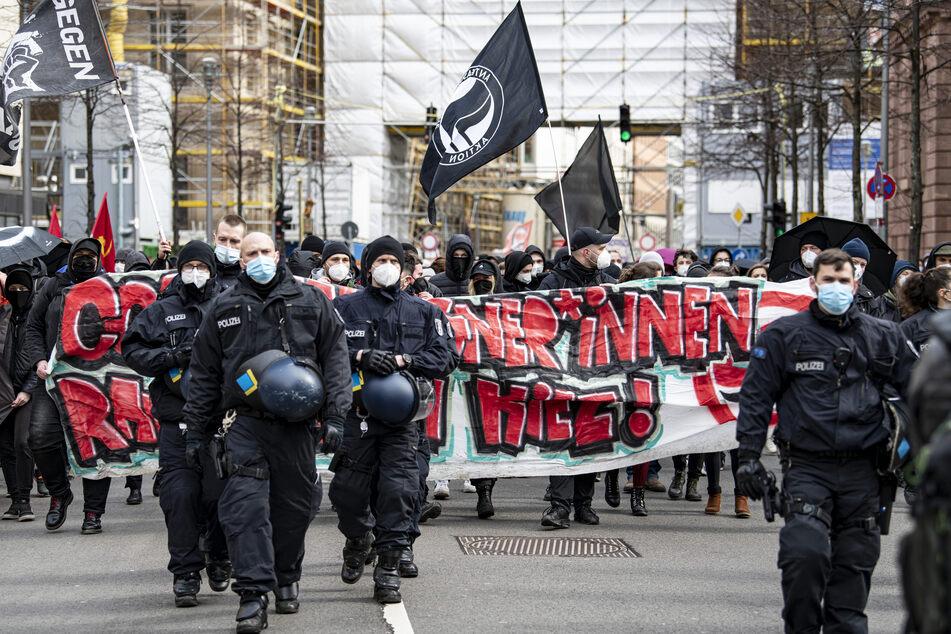 Etwa 150 bis 200 Menschen versammelten sich zu Gegenprotesten.