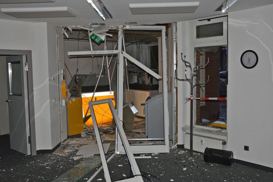Täter sprengen Geldautomaten und fliehen unerkannt