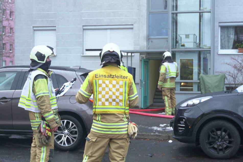Feuerwehrleute sind in der Boxberger Straße vor Ort. Nach dem Einsatz wird das Gebäude belüftet.