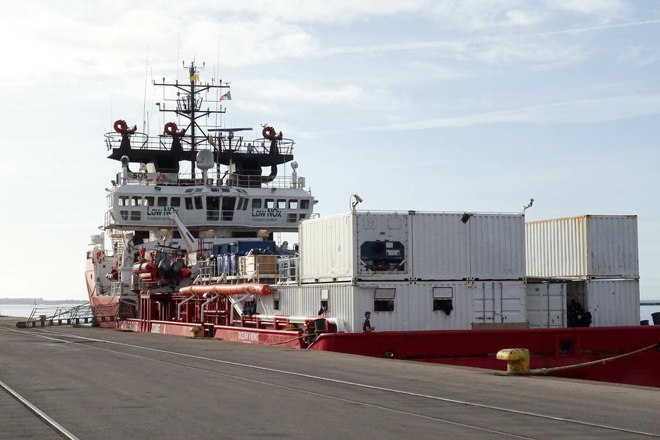 Hier liegt das Rettungsschiff im Hafen der italienischen Stadt Tarent, aktuell wartet es auf eine neue Anlegestelle.