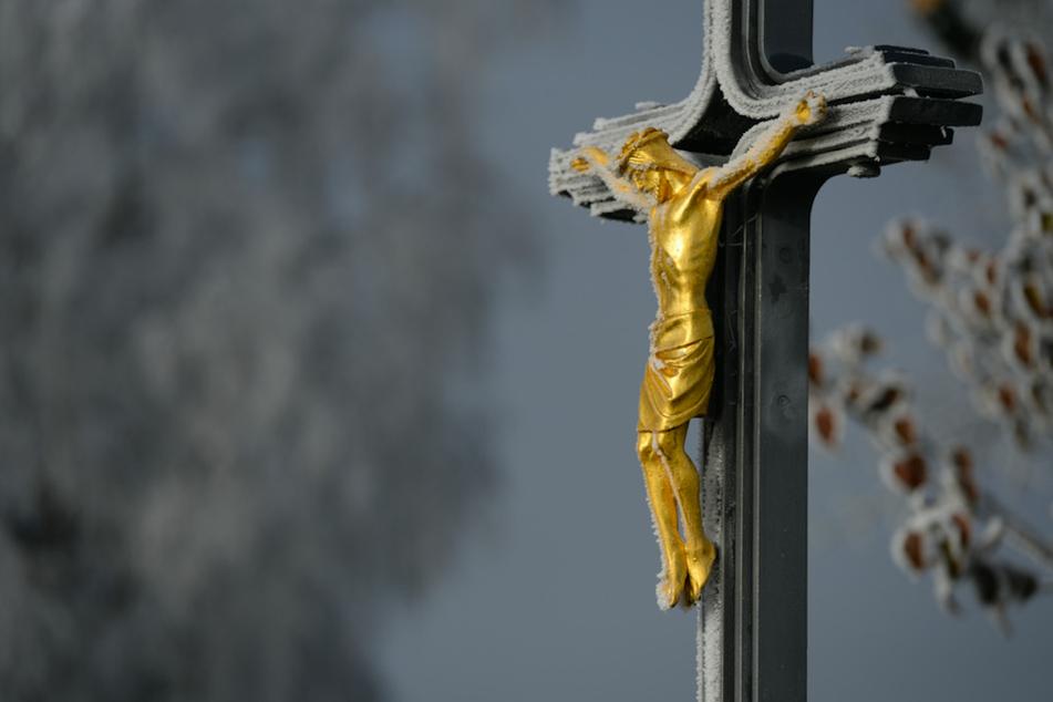 Zwar treten immer noch sehr viele Menschen aus den bayerischen Glaubensgemeinschaften aus, doch der Mitgliederschwund bei den christlichen Kirchen hat zuletzt etwas abgenommen. (Symbolbild)