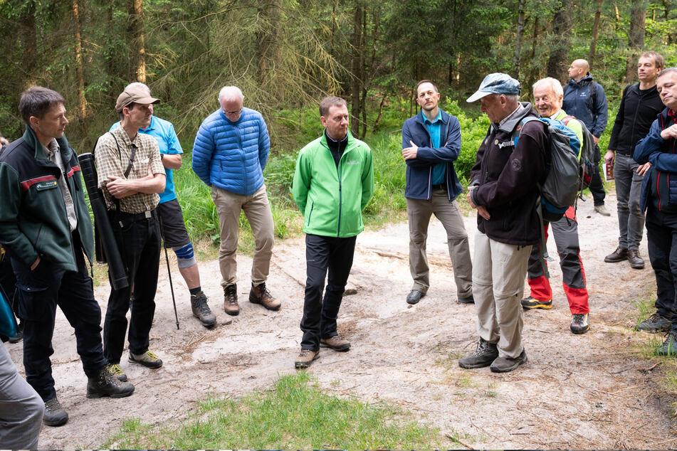 Sachsens Regierungschef Michael Kretschmer (46, CDU) traf sich am Donnerstag im Nationalpark mit Vertretern von Tourismusverband und Bergsteigerbund.