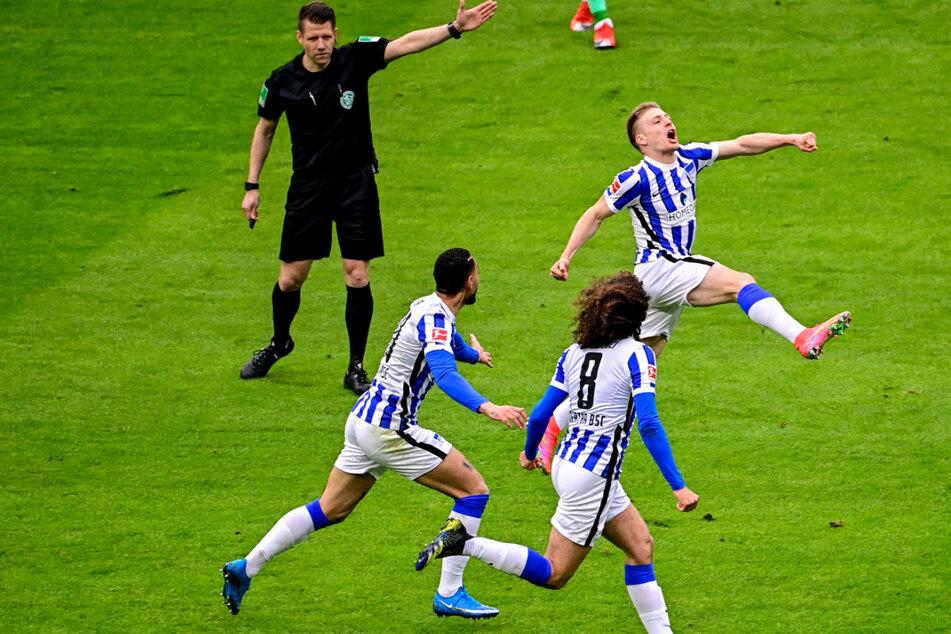 Herthas Mittelfeldspieler Santiago Ascacibar (r.) jubelt mit Matheus Cunha (l.) und Matteo Guendouzi (2.v.l.) über sein erstes Bundesligator zum 1:0.