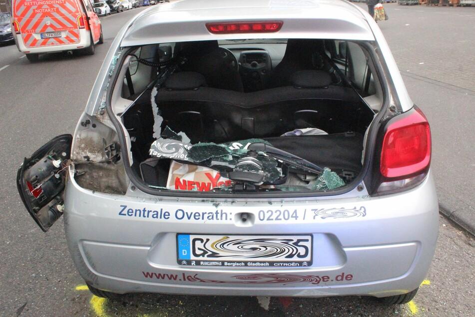 Köln: Radfahrer zerstört Heckscheibe bei Unfall und verletzt sich schwer