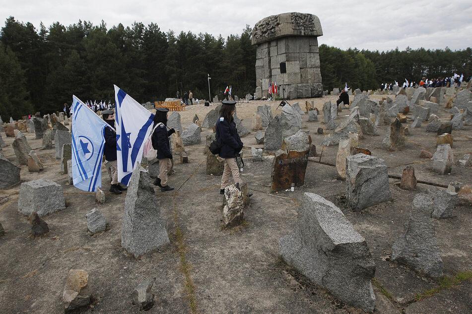 Israelische Jugendliche gehen mit israelischen Nationalflaggen am Denkmal für die etwa 900.000 europäische Juden vorbei, die von den Nazis zwischen 1941 und 1944 im Todes- und Arbeitslager Treblinka getötet wurden.