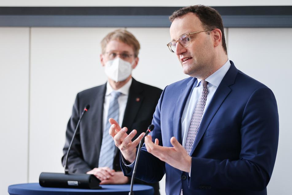 Gesundheitsminister Jens Spahn (40, CDU, r.) und Schleswig-Holsteins Ministerpräsident Daniel Günther (47, CDU) bei ihrem Besuch der Produktionsstätten von Allergopharma in Reinbek bei Hamburg.