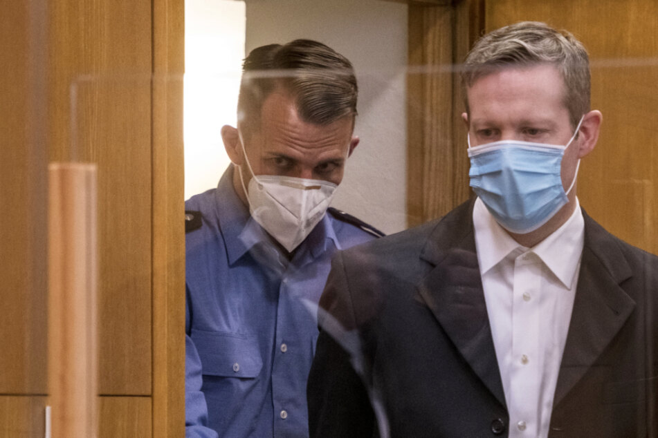 Der Angeklagte Stephan E. Wurde am ersten Prozess-Tag in Frankfurt mit Mundschutz von Polizisten in den Gerichtssaal gebracht.