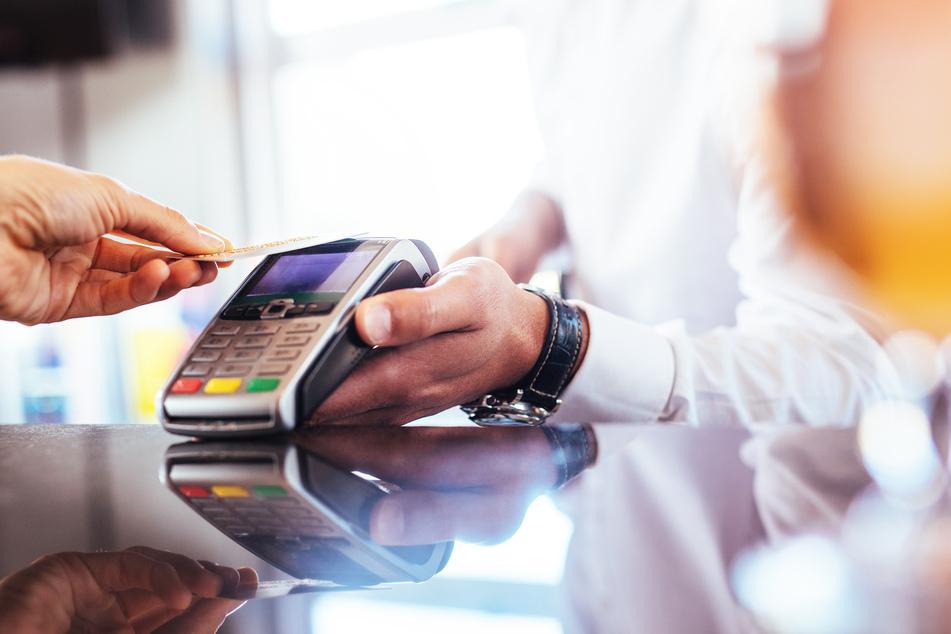 Der Restaurant-Gast bezahlte mit Kreditkarte. (Symbolbild)