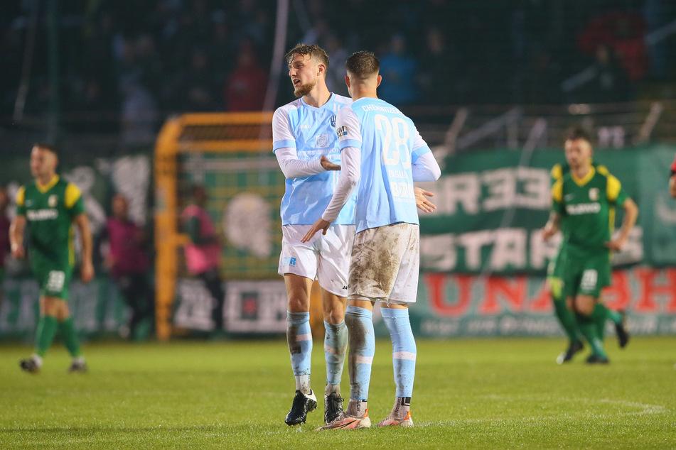 Tim Campulka (l,) und Kilian Pagliuca bejubeln das 1:1.