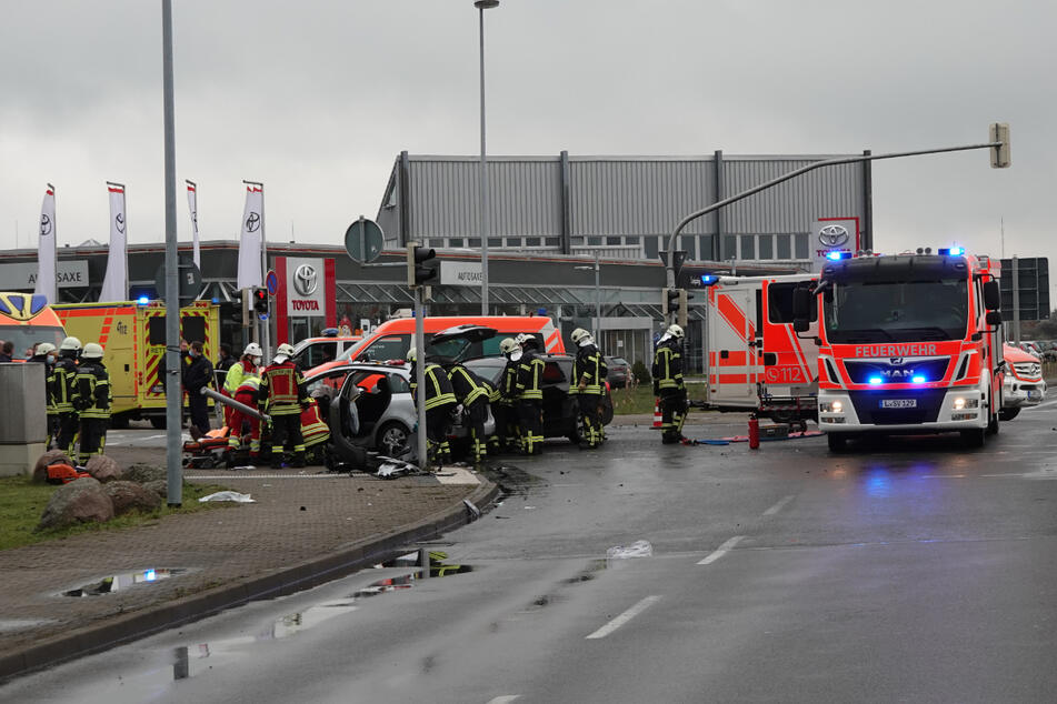 Nach einem Unfall im Stadtteil Rückmarsdorf musste offenbar eine Person von der Feuerwehr aus ihrem Fahrzeug befreit werden.