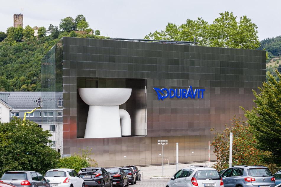 Hornberg: Die übergroße Nachbildung einer Toilettenschüssel ist in die Fassade des Duravit Design Center eingebaut.