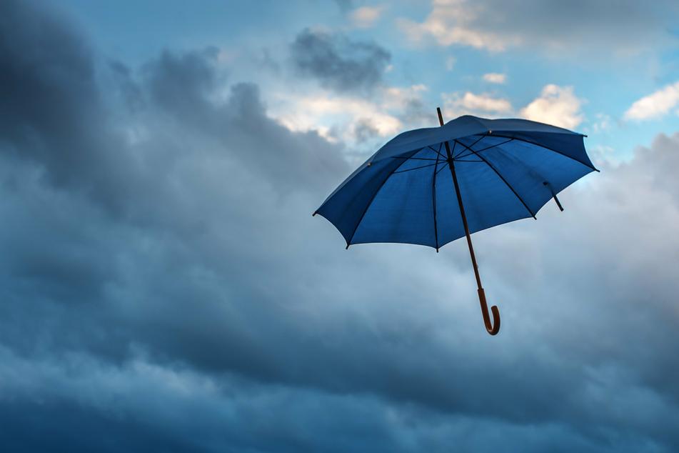 In manchen Gebieten in NRW kann es vereinzelt zu Starkregen kommen, der eventuell auch für vollgelaufene Keller sorgen kann (Symbolbild).