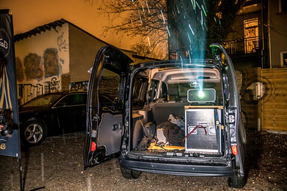 Ein Hochleistungs-Projektor im Kofferraum sorgt für Kinokunst on the road.