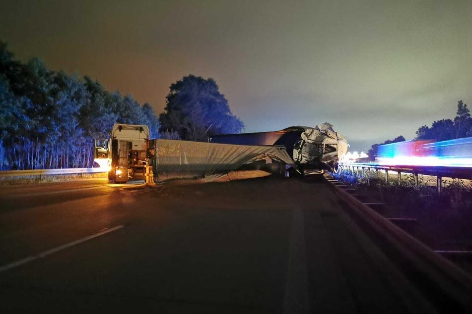 Der angefahrene Lkw drehte sich nach dem Aufprall auf der A2 und blieb quer über die Fahrbahnen stehen.