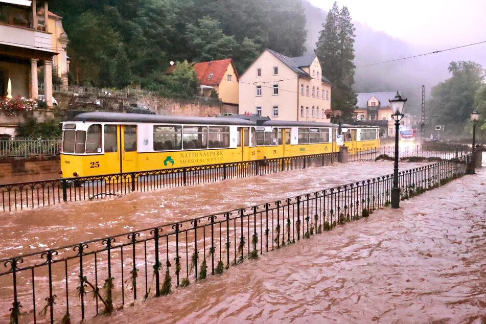 Die Kirnitzschtalbahn blieb im Hochwasser stecken.