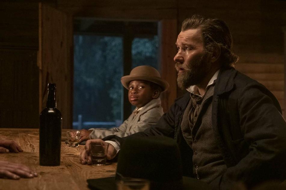 Sklavenjäger Ridgeway (r., Joel Edgerton) und sein elfjähriger afroamerikanischer Handlanger Homer (Chase W. Dillon) sind Cora auf den Fersen.