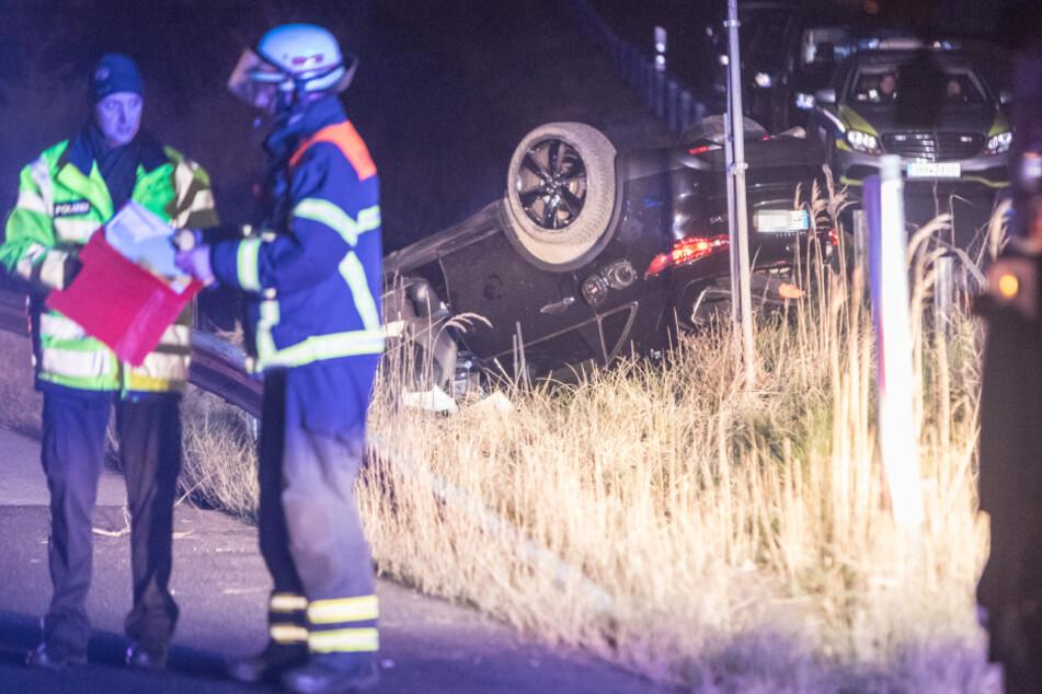 Schwerer Crash auf der Autobahn: Wagen landet auf Dach, doch Fahrer fehlt!