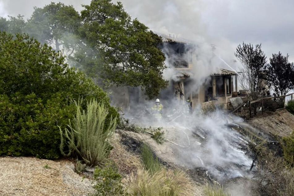 Das Haus, in das das Kleinflugzeug gestürzt war, ging in Flammen auf und brannte teilweise ab.