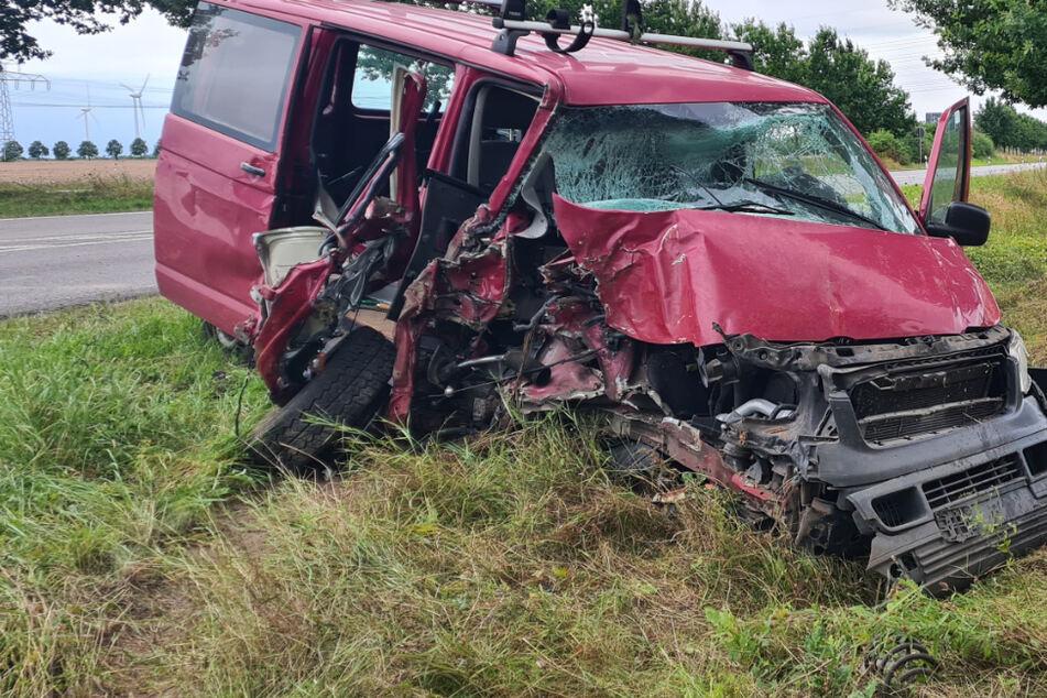Transporter kracht in Leipzig gegen zwei Bäume: Fahrer (52) schwer verletzt