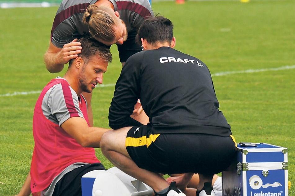 Sebastian Mai entschuldigt sich nach einem Trainingsfoul bei Pascal Sohm.