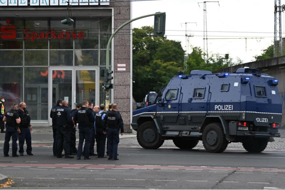 Einsatzkräfte der Polizei stehen in der Bahnhofstraße vor dem Forum Köpenick. Vermutet wird ein Überfall oder ein versuchter Überfall auf eine Bankfiliale.